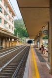 Järnvägsstation i den Monterosso alstoen, Italien Arkivfoto