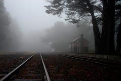 Järnvägsstation i dimman Royaltyfria Foton