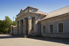 Järnvägsstation i solig dag Narva estonia Arkivfoto