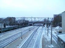 Järnvägsstation i vinter med fraktdrevet Arkivfoto
