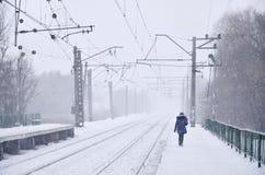 Järnvägsstation i vintersnöstormen Arkivbild