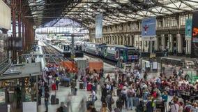 Järnvägsstation med drev och skynda sigfolk i Paris timelapse Gare de Lyon en Paris, Frankrike stock video