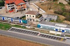 Järnvägsstation med drevet Arkivbild