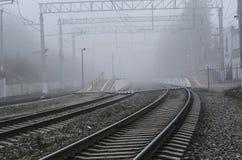 Järnvägsstation med en annalkande dimma Royaltyfri Foto