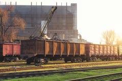 Järnvägsstation med fraktvagnar Arkivbild