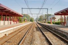 Järnvägsstation med två spår och elkraft Arkivbilder