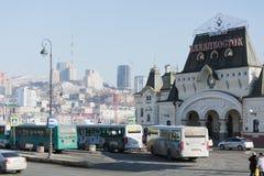 Järnvägsstation- och stationsfyrkant Arkivbild