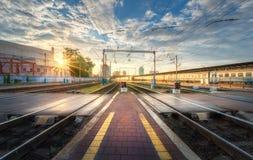 Järnvägsstation på solnedgången i sommar i Europa fotografering för bildbyråer