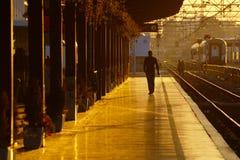 Järnvägsstation på soluppgång arkivfoton