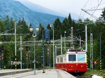 Järnvägsstation på Strbske Pleso i Tatras berg Arkivbild