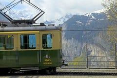 Järnvägsstationen med schweizaren utbildar och berg i Jungfrau, Swit Royaltyfria Foton