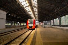 Järnvägsstationplattform utan passagerare royaltyfria foton