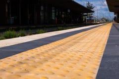 Järnvägsstationsäkerhetslinje Lowen metar beskådar royaltyfria bilder