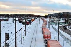 Järnvägsstationsikt av järnväg vagnar, behållaren, cisternen och drevet Logistiker fraktar trans. vid stången fotografering för bildbyråer