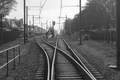 Järnvägströmbrytare nära en drevstation i en holländsk stad fotografering för bildbyråer