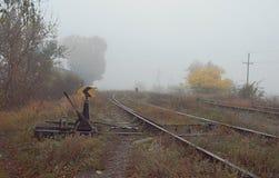 Järnvägströmbrytaren för gammal stil, mekanisk installation för att vägleda utbildar från en järnvägsspår till andra arkivfoton