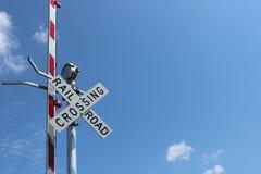Järnvägtecken med varningslampor Royaltyfria Bilder