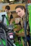 Järnverkanställda som arbetar med tungt maskineri i seminarium arkivfoton