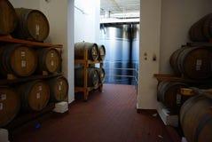Jäsningbehållare och trummor av vin i källare i Santorini Arkivfoto