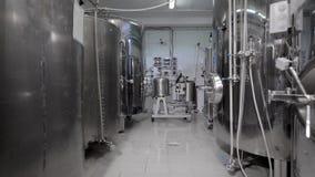 Jäsningvats står i rengöring shoppar av det moderna bryggeriet i arbetsdags, kamera flyttar sig tillbaka stock video