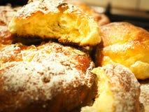 Jästbullar som bakas och strilas med pudrat socker Royaltyfria Foton