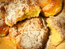 Jästbullar som bakas och strilas med pudrat socker Royaltyfria Bilder