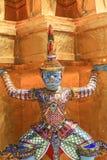 Jättar och guld- pagod Royaltyfri Foto