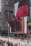 Jätte- affischtavlor av Times Square Arkivbilder