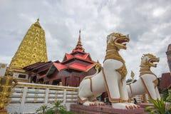 Jätte Chinthe på ingången av den Puttakaya chedipagodaen, Sangkhlaburi område, Kanchanaburi, Thailand Fotografering för Bildbyråer
