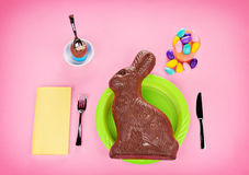 Jätte- choklad Bunny Concept - på rosa färger Royaltyfria Bilder