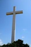 Jätte Christian Cross på den Gora Qabaristan kyrkogården Karachi Pakistan arkivfoton