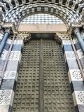 Jätte- dörrar av en italiensk domkyrka arkivbilder
