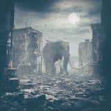 Jätte- elefant i förstörd stad Royaltyfria Bilder