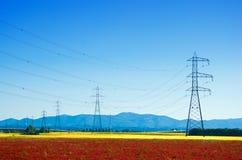 Jätte- elektricitetspyloner i bygden Royaltyfria Foton