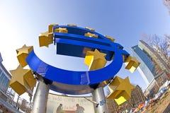 Jätte- eurovalutatecken framme av den europeiska centralbanken i Fr Arkivfoto