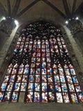 Jätte- färgrikt fönster av Duomodomkyrkan, Milan arkivfoton