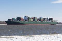 JÄTTE för behållareskepp på Elbe River Royaltyfri Bild