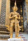 Jätte- förmyndarestatyer på den storslagna slotten, Bangkok Fotografering för Bildbyråer