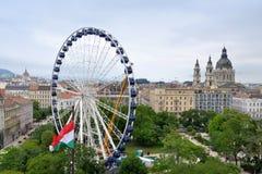 Jätte- ferris rullar in i stadens centrum Budapest Arkivbild