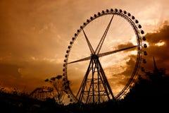Jätte- ferrishjul på solnedgången arkivbilder