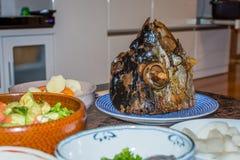 Jätte- fiskhuvud på en platta Royaltyfri Bild