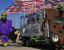 Jätte, flaggor och spökat hus i den barfota Mardi Gras Parade Arkivfoton