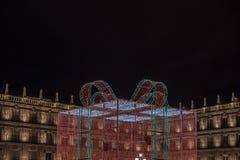 Jätte- gåvaask av ljus som dekorerar den huvudsakliga fyrkanten av Salamanca royaltyfria bilder