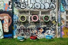 Jätte- grafitti på övergiven byggnad Royaltyfria Bilder