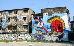 Jätte- grafitti på övergiven byggnad Arkivfoton