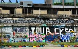 Jätte- grafitti på övergiven byggnad Arkivfoto