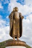 Jätte- guld- buddha som står scenisk i buddistiskt ställe Royaltyfria Bilder