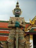 Jätte i den buddistiska templet thailändska kallade Yak Fotografering för Bildbyråer