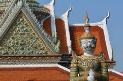 Jätte i Wat Arun på Bangkok, Thailand Arkivbild