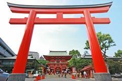 Jätte- japansk port (Torii) framme av den Ikuta relikskrin Royaltyfria Foton